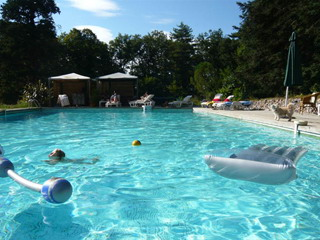 Bedrooms in inn bed and breakfast le castelet castres for Archipel piscine castres
